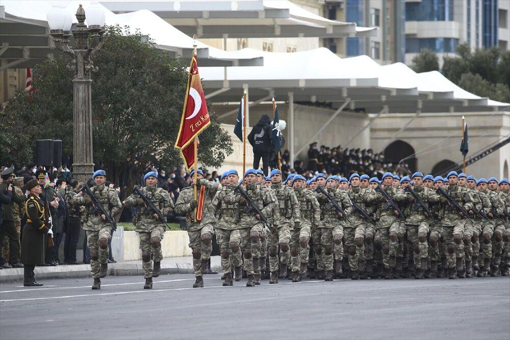 Askerlerin geçişinin ardından Azerbaycan ordusunun sahip olduğu tanklar, zırhlı araçlar, füze sistemleri ve toplar törende yerini aldı.