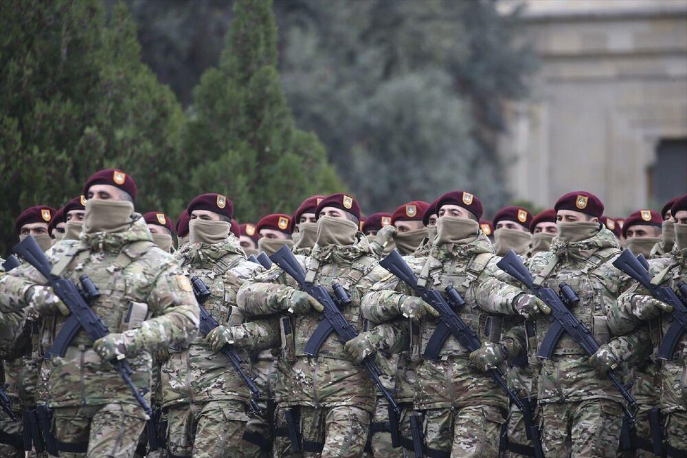 Azerbaycan ordusunun özel harekat birlikleri, deniz piyadeleri, sınır muhafızları, jandarmalar, Ulusal Güvenlik Servisi timleri ve askeri okul öğrencileri zafer geçişi yaptı. Askerlerin yürüyüşü esnasında mehter müziği de çalındı.