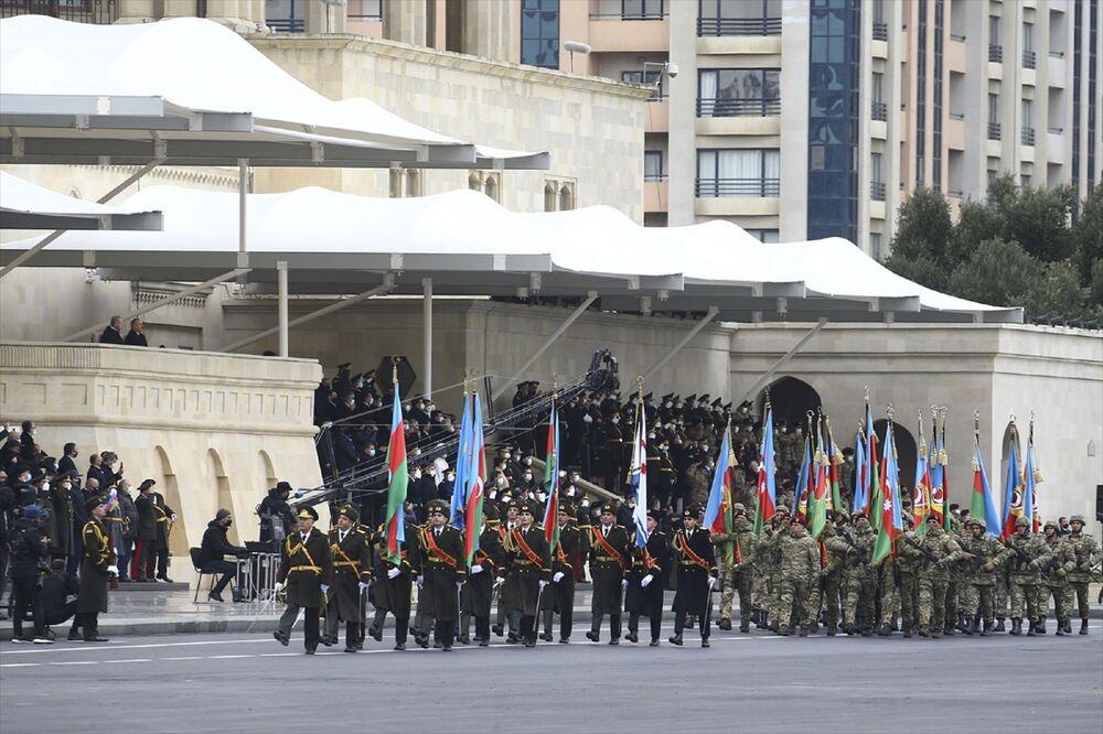 Tören alanına, 28 yılın ardından Şuşa şehrine dikilen ilk Azerbaycan bayrağı getirildi. Daha sonra 44 günlük savaşa katılan askeri birliklerin sancakları alanda görüldü.
