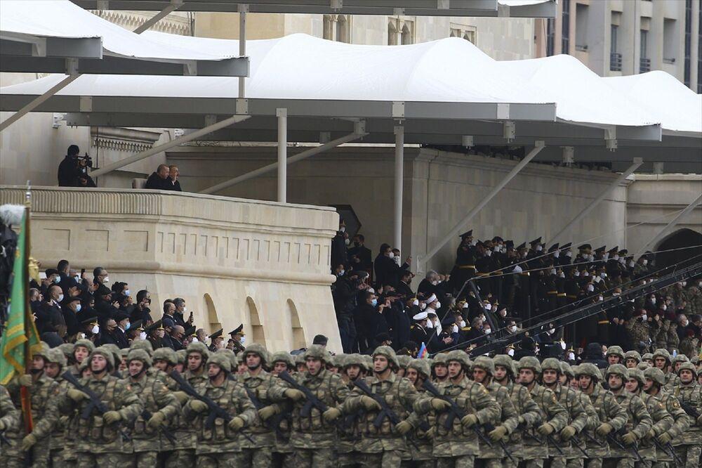 Cumhurbaşkanı Aliyev, tüm katılımcıları, savaşta kaybeden askerlerin anısına bir dakikalık saygı duruşuna davet etti. Erdoğan ve Aliyev, aynı anda Selam asker diyerek alandaki birlikleri selamladı, sonra eşleri ve birlikte kendilerine ayrılan yerde töreni izledi.
