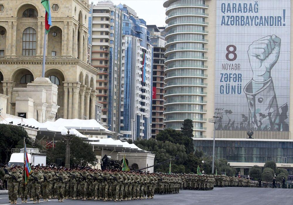 Cumhurbaşkanı Recep Tayyip Erdoğan ve Azerbaycan Cumhurbaşkanı İlham Aliyev'in tören alanına gelmesinin ardından kutlamalar, İstiklal Marşı ve Azerbaycan Milli Marşı'nın okunmasıyla başladı.