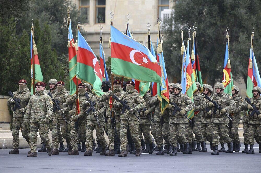 Azerbaycan topraklarının kurtarılması dolayısıyla düzenlenen tören için hazırlanan Azadlık Meydanı'nın çevresindeki binalar Türkiye ve Azerbaycan bayrakları ve Karabağ Azerbaycan'dır yazılı posterlerle süslendi.