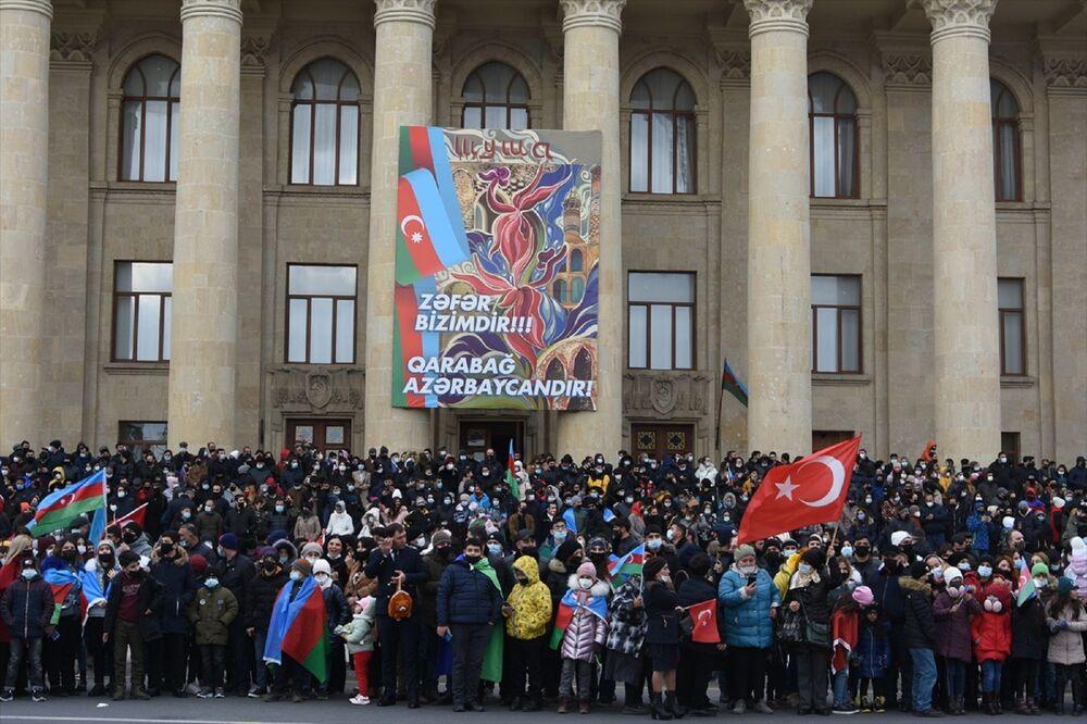 Binlerce Azerbaycanlı da ellerinde Türk ve Azerbaycan bayraklarıyla töreni izledi. Önlerinden geçen askerleri selamlayan vatandaşlar, Karabağ Azerbaycan'dır, Şehitler ölmez vatan bölünmez şeklinde sloganlar attı.