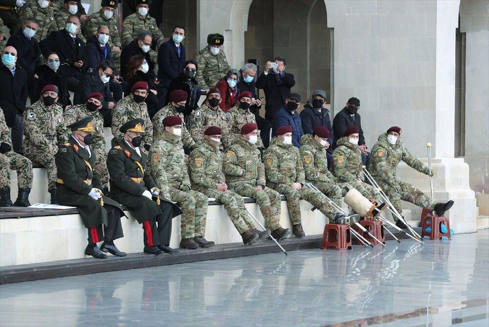 Türkiye Cumhuriyeti'nin seçkin askerleri de törene katıldı. Türk Kara Kuvvetlerine bağlı bordo bereli Mehmetçikler boy gösterdi. İki ülke askerinin törendeki uyumu izleyenlerce alkışlandı. Savaşta yaralanan gaziler de geçit töreninde yer aldı.