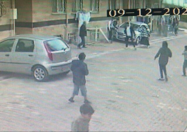 Esenyurt'ta çocukları pompalı tüfekle kovalayan adam