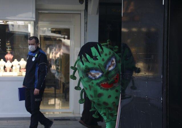 Koronavirüs kılığına giren İnegöl Belediyesi çalışanı