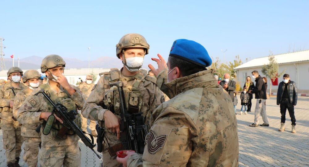 Gaziantep'in İslahiye ilçesinde bulunan Gaziantep Jandarma Komando Tabur Komutanlığında konuşlanan 50 komando Suriye'nin Cerablus kentine uğurlandı.