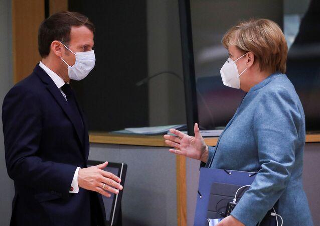 Fransa Cumhurbaşkanı Emmanuel Macron ile Almanya Başbakanı Angela Merkel, 15 Ekim 2020'deki AB zirvesinde tokalaşırken
