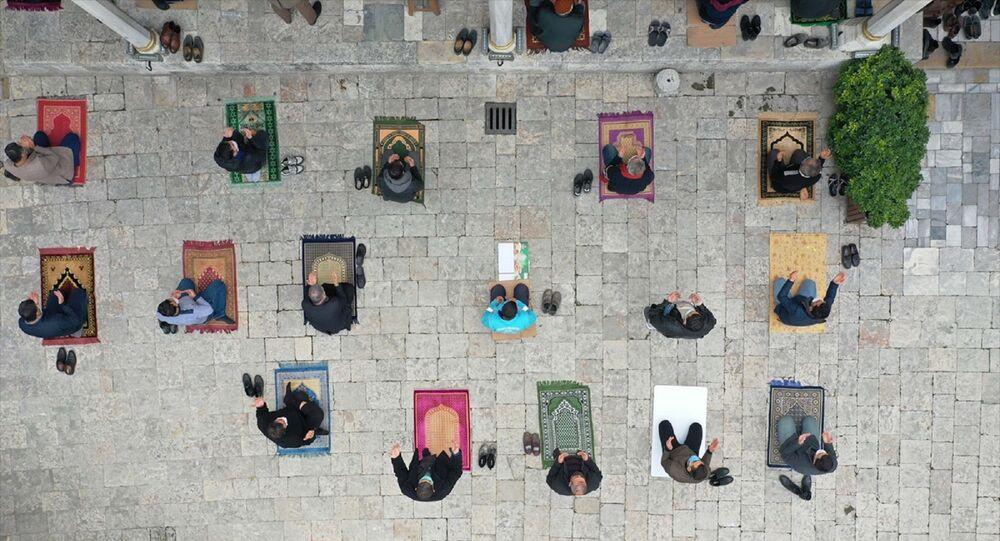 Hatay'da da cuma namazı sonrası camilerde yağmur duası yapıldı. Anadolu'nun en eski camisi Habib-i Neccar'da sosyal mesafe ve maske kurallarına uygun kılınan namazın ardından vatandaşlar duaya iştirak etti.