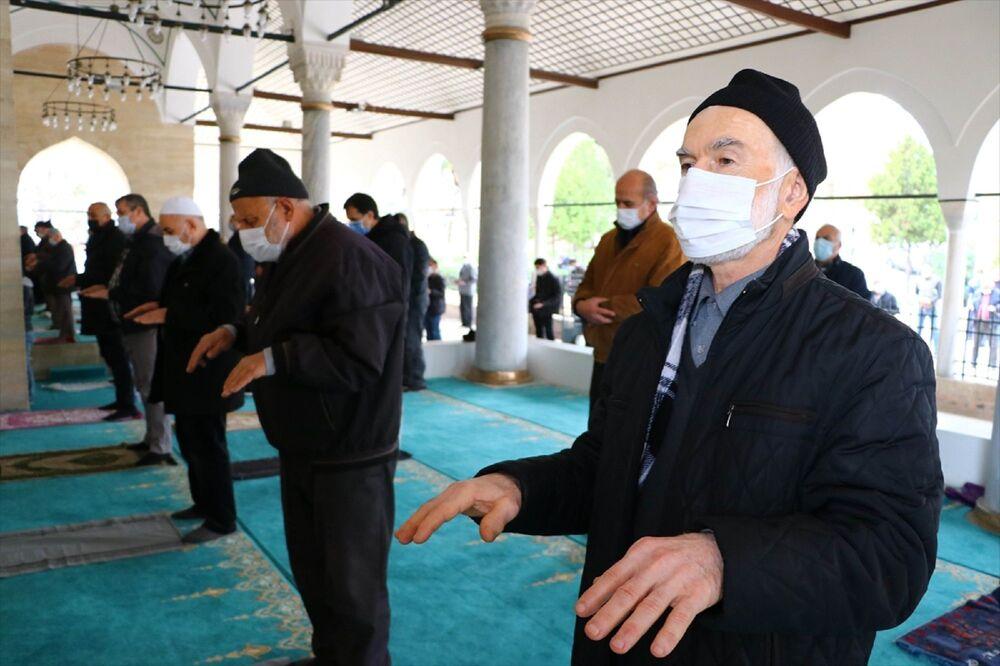 Tekirdağ'da camilerde cuma namazında yağmur duası yapıldı. Rüstempaşa Camisi'ne gelen cemaat, maske, sosyal mesafe ve hijyen kurallarına uygun namaz kıldıktan sonra, yağmur duasına katıldı.