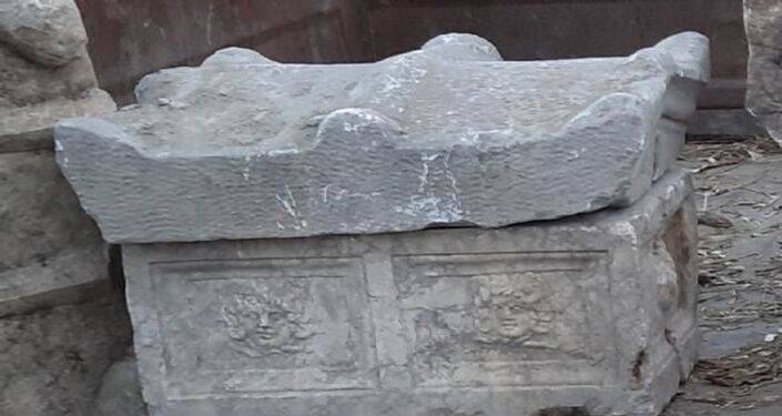 Önü kesilerek aracı durdurulan K.G.'nin otomobilinde yapılan aramalarda, Roma dönemine ait çocuk lahiti, Roma dönemine ait lahit kapağı ve Bizans dönemine ait üzerinde farklı figürler bulunan 5 lahit kapağı ele geçirildi.