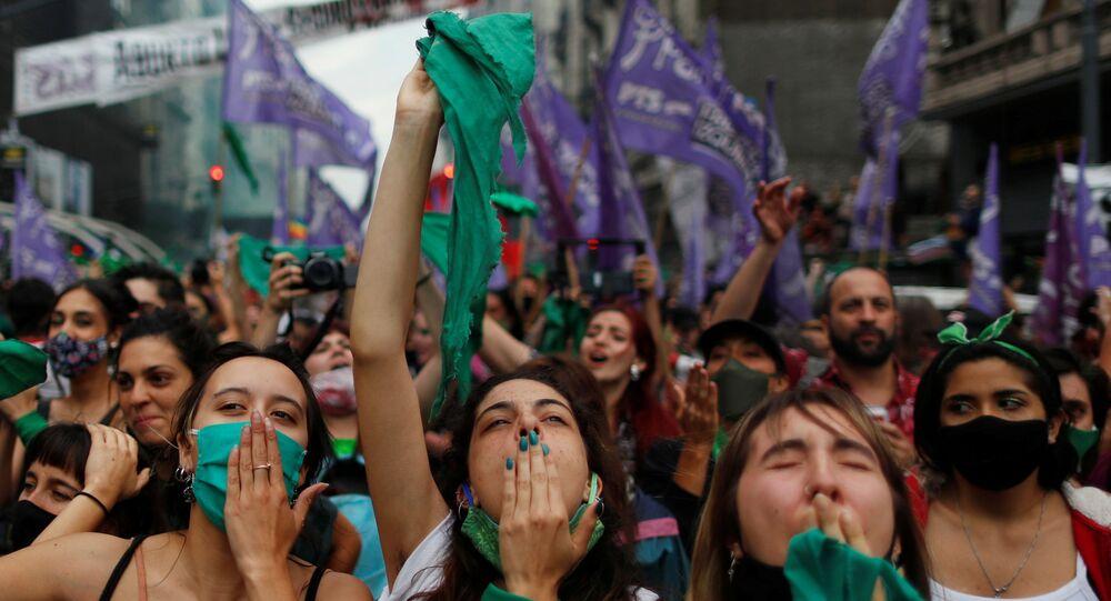 Arjantinli kadın hakları savunucuları, kürtaj yanlılarının simgesi yeşil eşarplar eşliğinde Kongre önünde kamp kurup gövde gösterisi yaptı. Serbest ve Güvenli Yasal Kürtaj Hakkı İçin Ulusal Kampanya destekçisi binlerce kadın, Meclis'teki tartışma ve oylamayı dev ekranlardan takip edip sonucu gözyaşları içinde birbirlerine sarılarak kutladı.