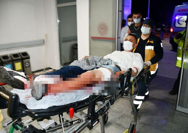 Aksaray'da sırtından ve bacağından 3 bıçak darbesiyle yaralanan genç sağlık ekiplerince hastaneye kaldırılırken, gencin Bıçağın üzerine düştüm demesi herkesi şaşırttı.
