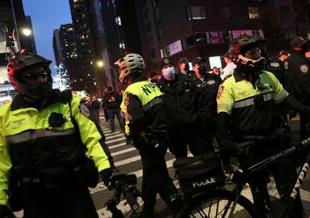 ABD basınında yer alan haberlere göre, New York'ta düzenlenen Siyahların Hayatı Değerlidir (BLM) gösterisine katılanların arasına giren bir aracın protestoculara çarpması sonucu en az 7 kişi yaralandı.