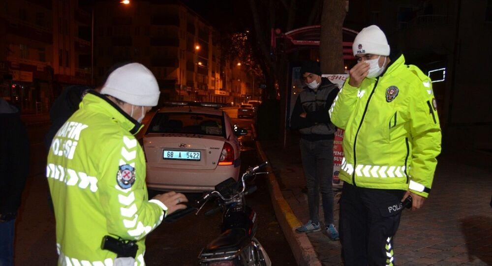Aksaray'da sokağa çıkma kısıtlamasını ihlal eden ehliyetsiz, alkollü ve sahte plakalı motosiklet kullanan sürücüye 12 bin 40 lira para cezası uygulandı.