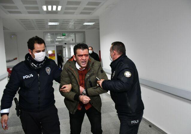 Aksaray'da sokağa çıkma kısıtlamasına uymayan ve alkollü olarak polis ekiplerine yakalanan şahıs, vatan millet diyerek girdiği hastanede polis ekiplerinin yaptığı göreve Görevinizin diyerek önce küfürler yağdırdı sonra da memurlara ve gazetecilere tehditler savurdu.