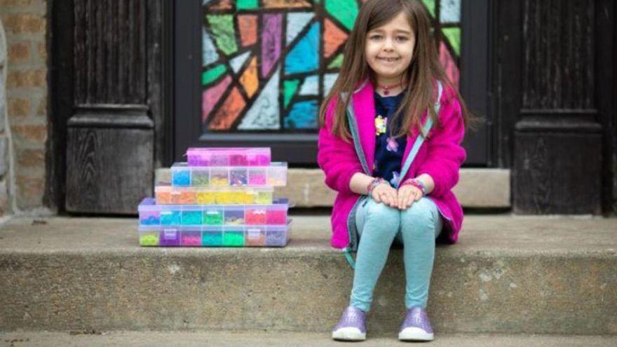 ABD'de 7 yaşındaki Hayley Orlinsky, renkli lastik bilezikler yaparak Chicago'daki Ann ve Robert H. Lurie Çocuk Hastanesi'ne 20 bin dolar (157 bin TL) bağış topladı.
