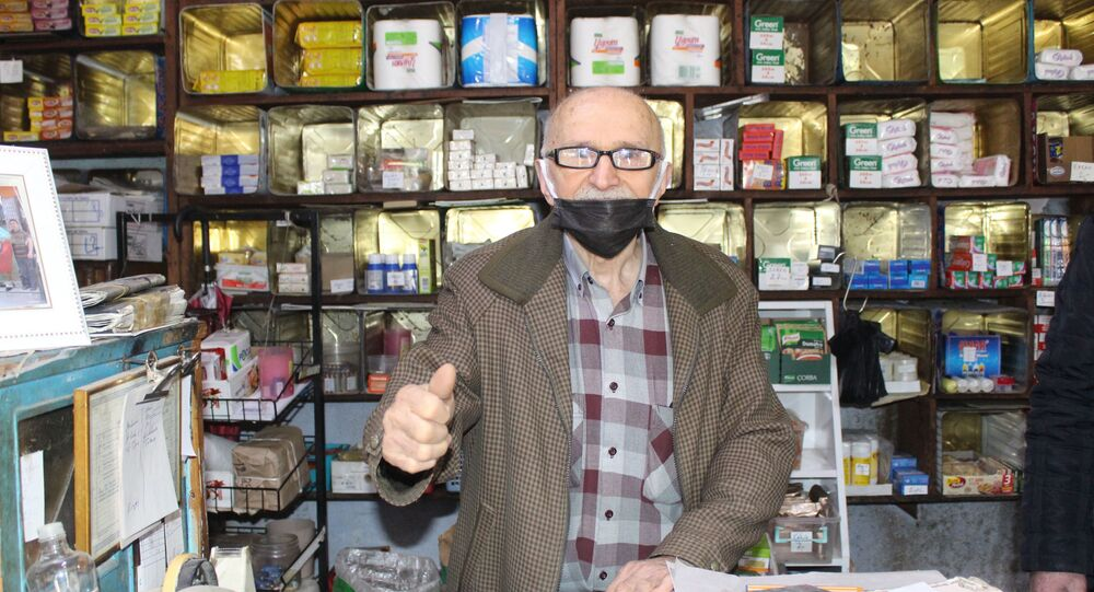 Samsun Çarşamba İlçesinde 'Ali Baba' ismiyle bilinen Nazif Özdikici, 70 yıldır işlettiği bakkalının marketler karşısında zorluk çektiğini belirterek, vatandaşlara bakkallardan alışveriş yapması istedi.