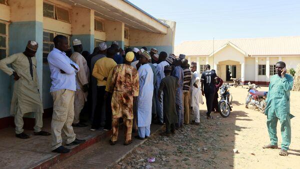 Nijerya'nın Katsina eyaletindeki Kankara'daerkek öğrencilerin kaçırıldığı hükümet bilim ortaokuluna akın eden ebeveynler, yetkililerden oğullarının bulunmasını istedi. - Sputnik Türkiye