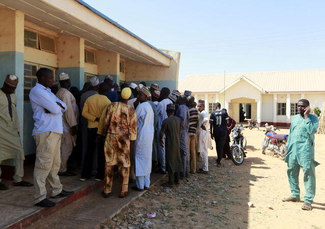 Nijerya'nın Katsina eyaletindeki Kankara'daerkek öğrencilerin kaçırıldığı hükümet bilim ortaokuluna akın eden ebeveynler, yetkililerden oğullarının bulunmasını istedi.