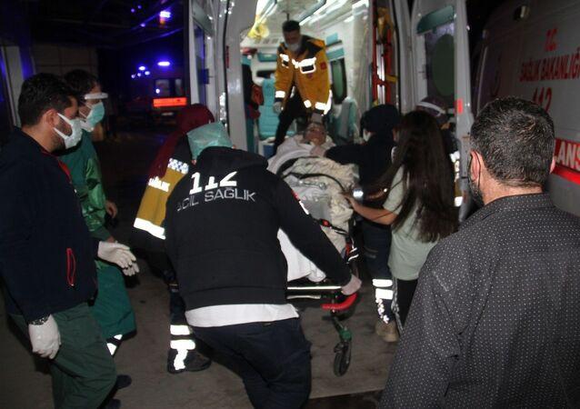 Konya'nın Beyşehir ilçesinde, bir apartmanda meydana gelen patlamada dairenin oturma odasında bulunan 3 genç yaralandı.