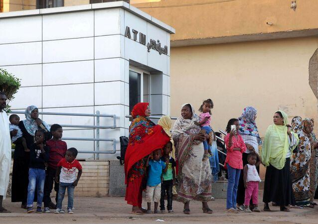 Sudan'ın başkenti Hartum'da ATM önünde duran yurttaşlar