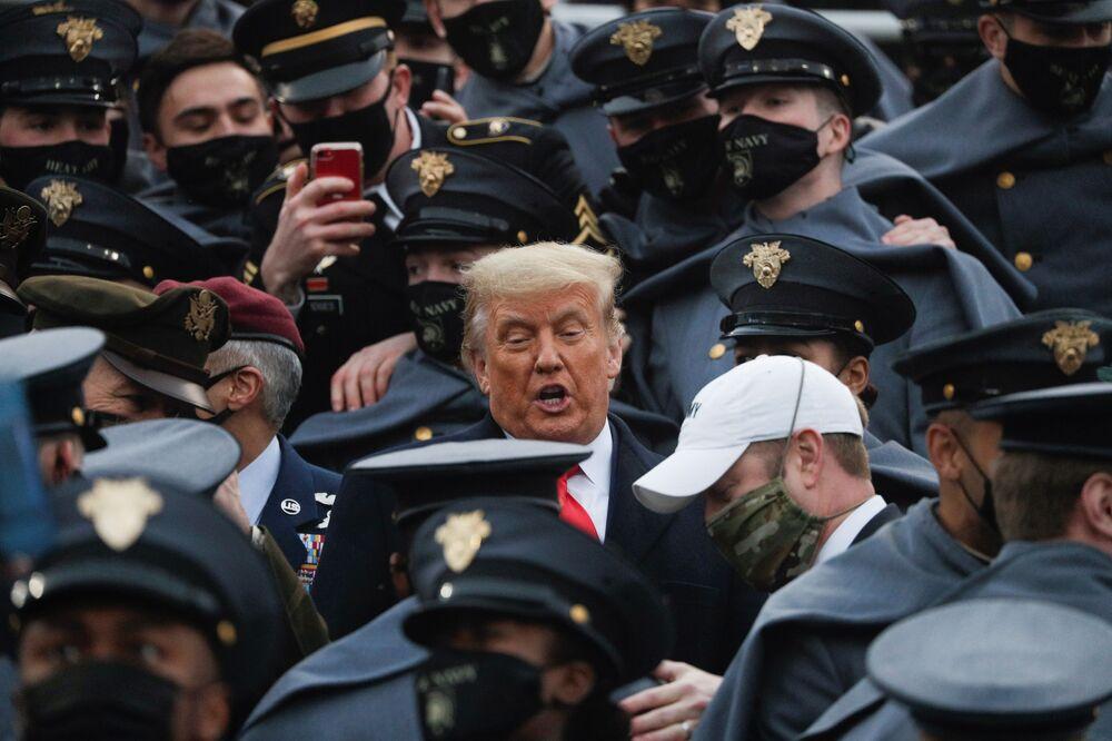 ABD Başkanı Donald Trump, 12 Aralık 2020'de West Point, New York'ta Michie Stadyumu'ndaki Ordu-Donanma futbol maçı sırasında West Point öğrencilerine katıldı.