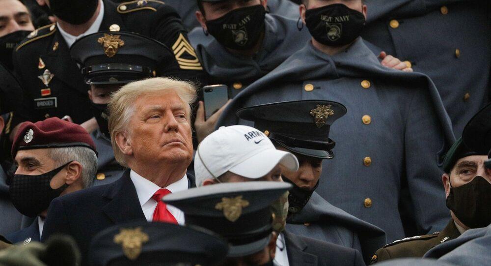 Yazı tura atıldıktan sonra Trump, Michie Stadyumu'nun Ordu tarafında, etrafı maskeli öğrencilerle çevrili stantlara girdi.