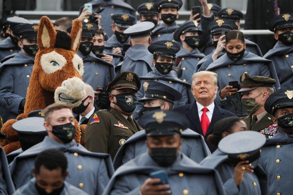 Trump, oyunun ilk çeyreğinde, Ordu'nun katır maskot kıyafetini giyen bir öğrencinin yakınında durduğu tribünlerdeyken maske taktı.