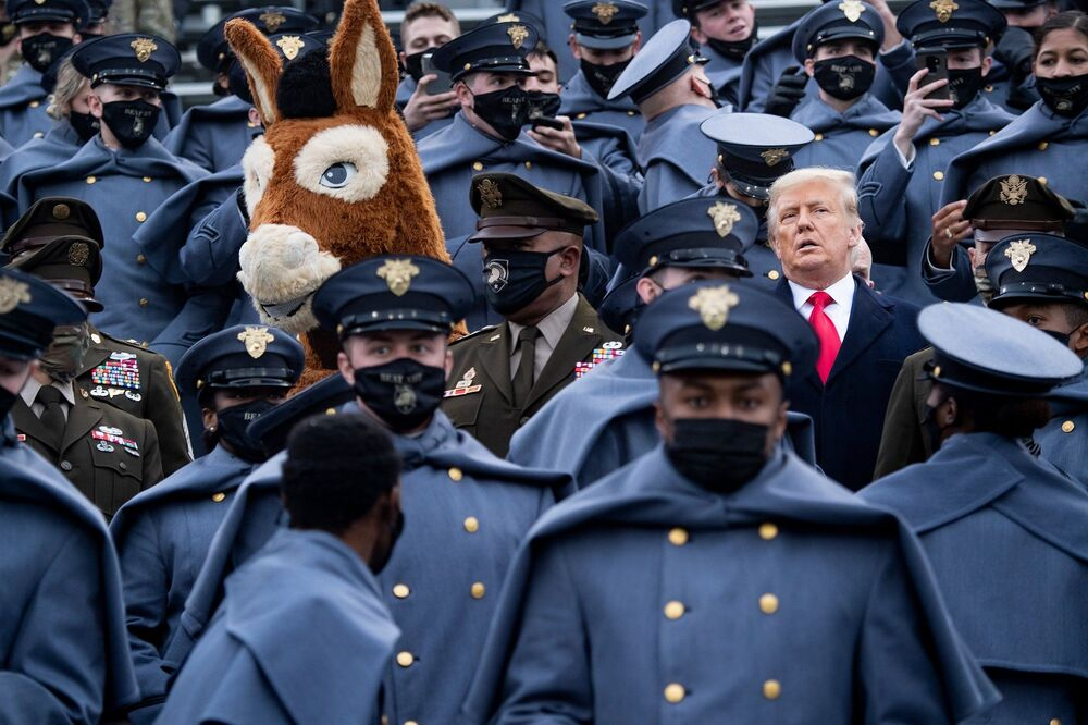 Ancak Trump daha sonra maskesini çıkardı.