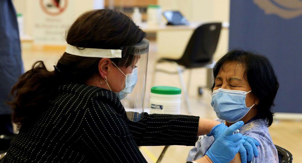 Ontario eyaletine bağlı Toronto kentinde bulunan Heath Network Üniversitesi'ne ulaştırılan 6 bin dozluk aşıdan ilk doz Rekei Bakım Merkezi'nde görevli sağlık çalışanı Anita Quidangen'e yapıldı.