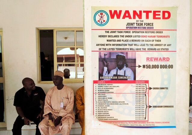 Nijerya'da insan kaçırma ve kafa kesmeli katliamlardan sorumlu Boko Haram örgütünün lideri Ebubekir Şekau'nun bulunması için para ödülü açıklayan 'Aranıyor' ilanı