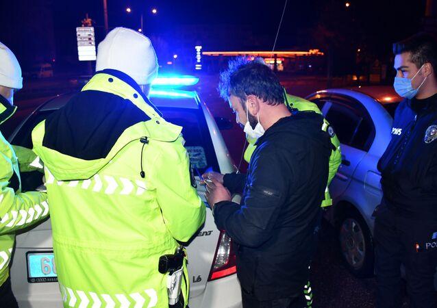 """Aksaray'da hem sokağa çıkma kısıtlamasına uymayan, hem de alkollü araç kullanırken yakalanan ve polis memurunca sokağa çıkma kısıtlaması hatırlatılan alkollü sürücü, """"Bedelini ödeyeceğim"""" dedi. Sürücüye 6 bin 666 TL ceza kesilerek ehliyetine 2 yıl el konuldu."""