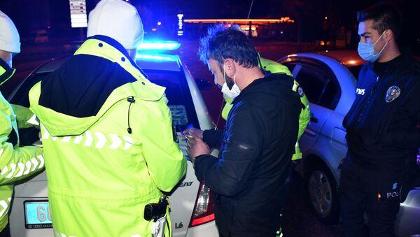 """Aksaray'da hem sokağa çıkma kısıtlamasına uymayan, hem de alkollü araç kullanırken yakalanan ve polis memurunca sokağa çıkma kısıtlaması hatırlatılan alkollü sürücü, """"Bedelini ödeyeceğim"""" dedi. Sürücüye 6 bin 666 TL ceza kesilerek ehliyetine 2 yıl el konuldu. - Sputnik Türkiye"""