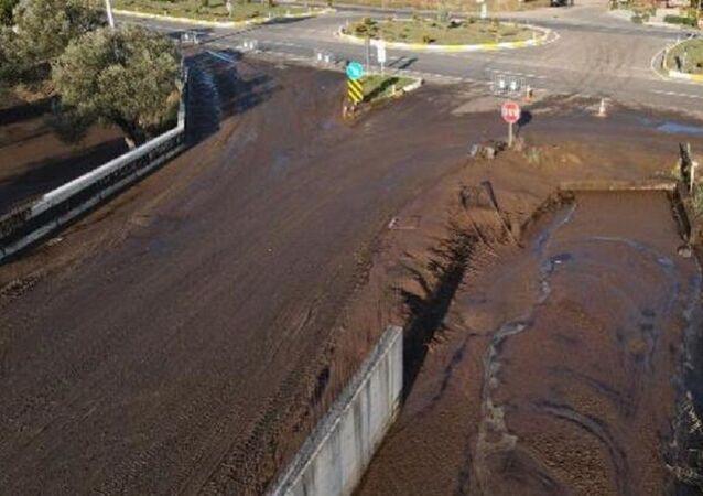 Pirina fabrikası depolama havuzunun duvarı yıkıldı