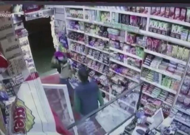 Hırsız kadın önce büfe sahibini soydu, sonra 'dikkat dağıtmak için' kendi soyundu