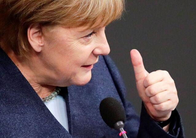Şansölye Angela Merkel, Alman meclisi  Bundestag'da konuşurken
