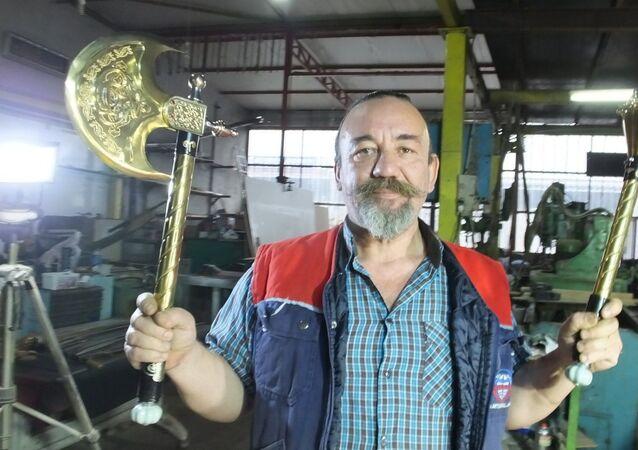 Balıkesir'in Burhaniye ilçesinde, yaptığı Osmanlı kılıçları ile adını duyuran makine imalatçısı Muammer Tural, MHP Genel Başkanı Devlet Bahçeli ve Azerbaycan Cumhurbaşkanı İlhamAliyeviçin altın kaplama savaş baltası ve topuz imal etti.