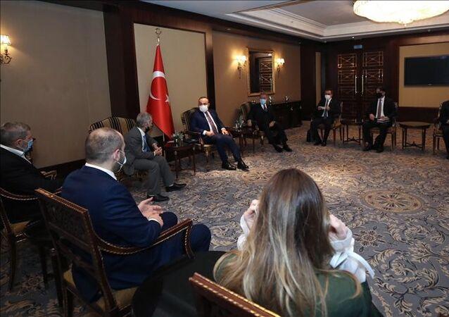Milli Savunma Bakanı Hulusi Akar ve Dışişleri Bakanı Mevlüt ÇavuşoğluKırımTatar temsilcileriyle görüştü.