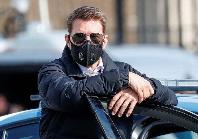 Koronavirüs pandemisi nedeniyle maske takan Tom Cruise, Mission Impossible (Görevimiz Tehlike) serisinin 7. filminin İtalya başkenti Roma'daki çekimlerinde