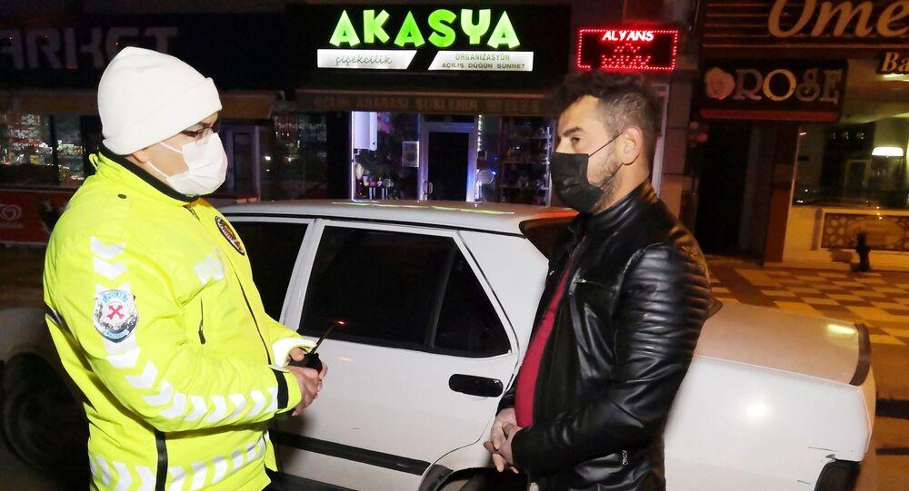 """Aksaray'da sokağa çıkma yasağı sırasında ehliyetsiz araç kullanırken polise yakalanan sürücünün savunması pes dedirtti. Sürücü, """"Zaten gündüz bindiğim yok arabaya. Sadece gece oluyor"""" diyerek kendini savundu."""