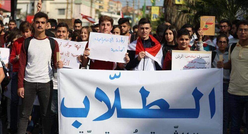 Lübnan hükümeti protesto eden öğrenciler ile polis arasında arbede yaşandı. Öfkeli protestocular, polise taş ve sopa ile saldırdı.