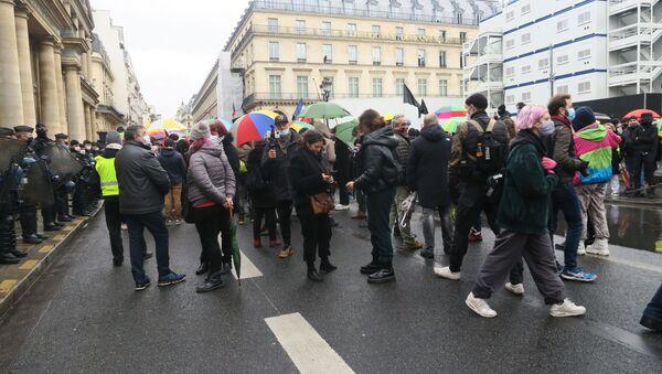 Fransa'da 18 Aralık Dünya Göçmenler Günü nedeniyle ülke genelinde kaçak işçiler için gösteriler düzenlendi. Başkent Paris'te düzenlenen gösteride yürüyen göstericilere Sarı Yelekliler'den destek geldi. - Sputnik Türkiye
