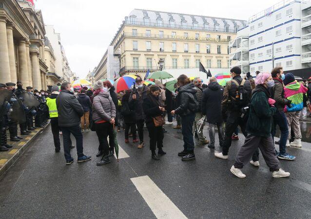 Fransa'da 18 Aralık Dünya Göçmenler Günü nedeniyle ülke genelinde kaçak işçiler için gösteriler düzenlendi. Başkent Paris'te düzenlenen gösteride yürüyen göstericilere Sarı Yelekliler'den destek geldi.