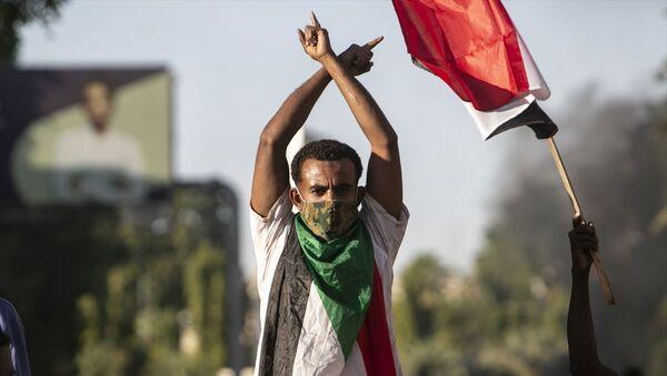 Sudan'ın devrik lideri Ömer el-Beşir'in 30 yıllık iktidarını sonlandıran kitlesel gösterilerin başladığı 19 Aralık 2018'deki halk hareketinin 2'nci yıl dönümünde başkent Hartum'da toplanan yüzlerce kişi, Abdullah Hamduk liderliğindeki geçiş hükümetini protesto etti. - Sputnik Türkiye