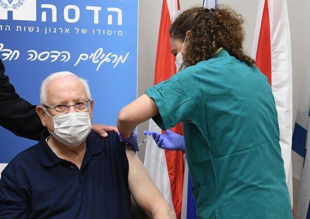 İsrail Cumhurbaşkanı Reuven Rivlin, ülkede Kovid-19 aşı kampanyasının başlamasının ardından korona aşısı yaptırdı.