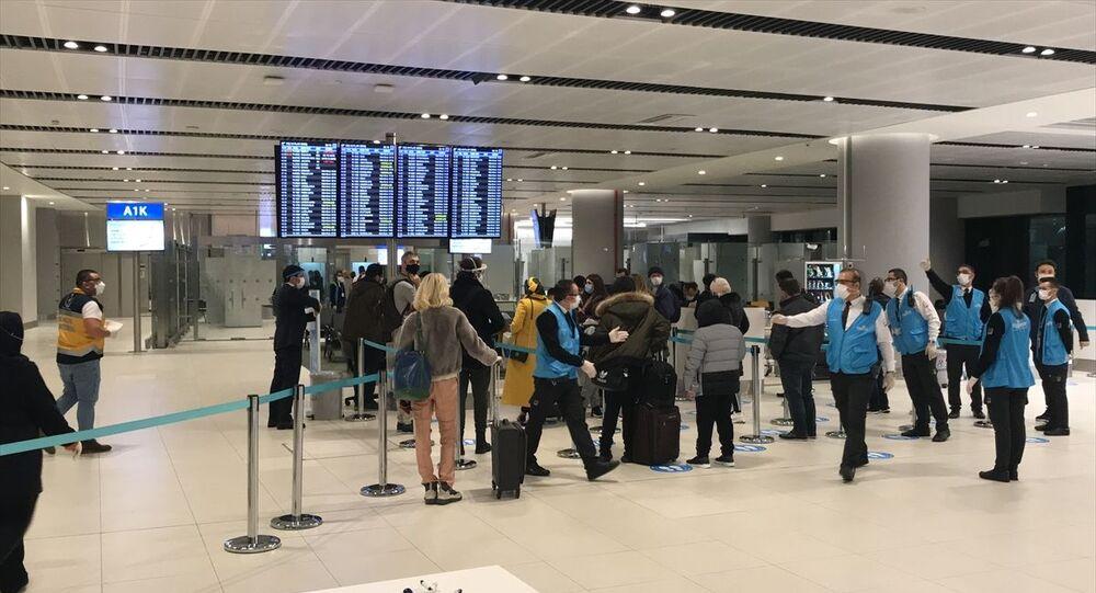 İngiltere'den İstanbul'a gelen yolculara mutasyon riski nedeniyle koronavirüs testi yapıldı