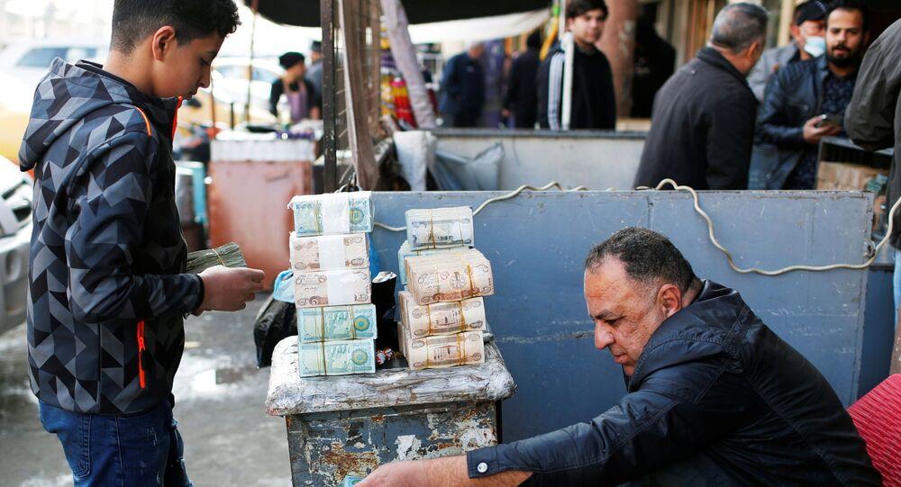 Başkent Bağdat'ın sokaklarında döviz bürosu gibi hizmet veren Iraklılar
