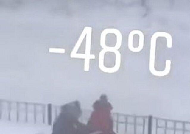 -48 derecede sokakta oynayan Yakutistanlı çocuklar