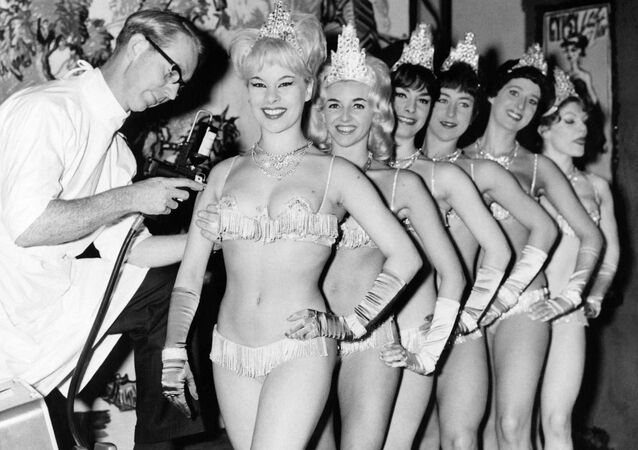 İngiltere'nin başkenti Londra'daki Windmill Tiyatrosu'nun oyuncu kızlarına grip aşısı yapılırken, 1963